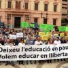 """Uns 300 docents reclamen que es deixi l'""""educació en pau"""" davant la delegació del govern espanyol a Barcelona"""