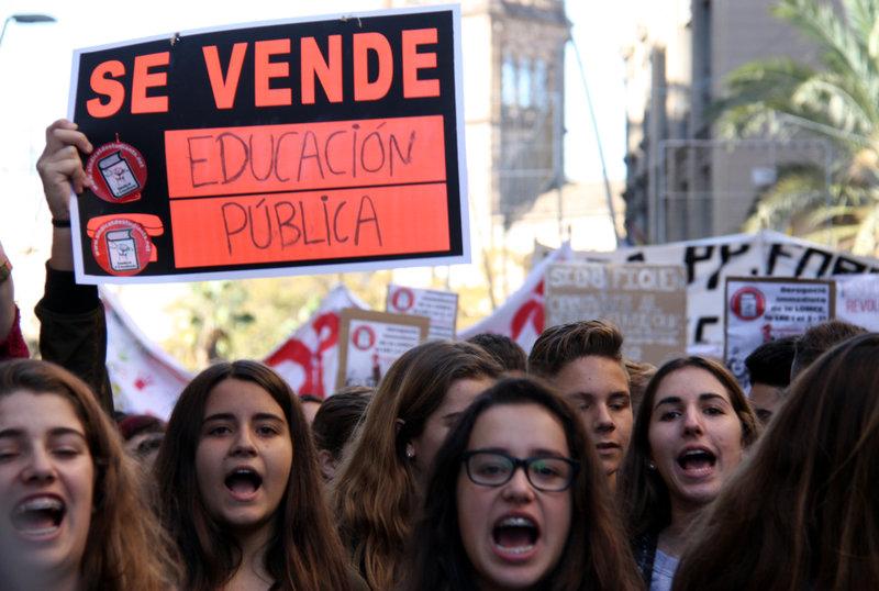 Pla general de la capçalera d ela manifestació d'estudiants del 24 de novembre de 2016 (horitzontal)