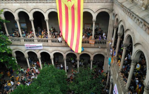 Ledifici-historic-UB-Universitat-manifestants